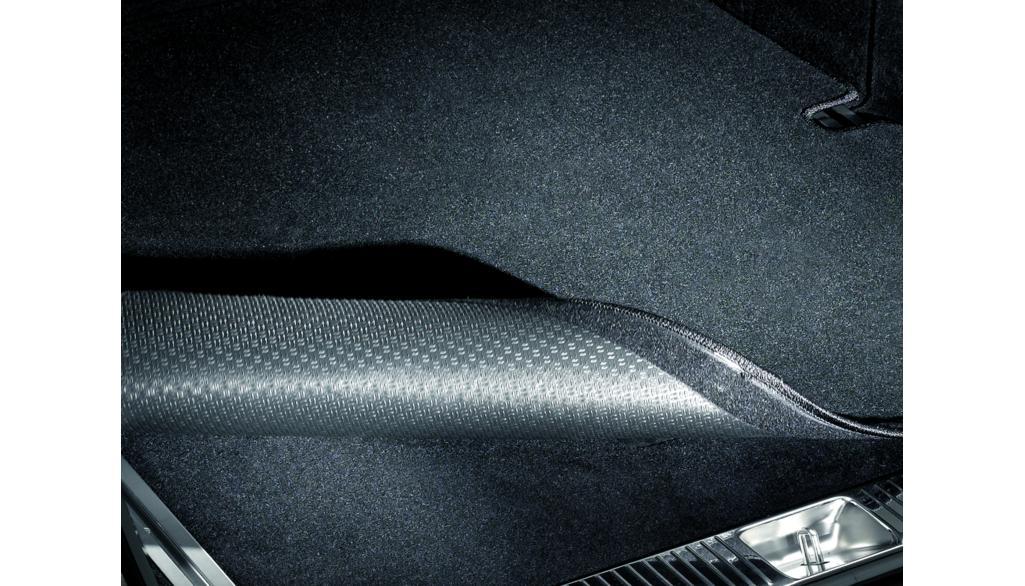 Tapis réversible, aux dimensions exactes du véhicule, avec bande velcro prot. seuil charg. Coloris noir